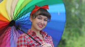 Señora hermosa en el estilo de un pinap con un paraguas almacen de metraje de vídeo