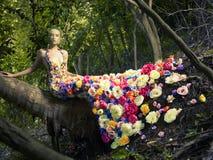 Señora hermosa en la alineada de flores fotos de archivo
