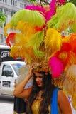 Señora hermosa en traje latinoamericano durante un desfile cultural imágenes de archivo libres de regalías
