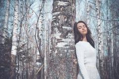 Señora hermosa en un bosque del abedul Imágenes de archivo libres de regalías