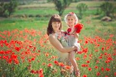 Señora hermosa feliz de la madre que presenta con su pequeña hija linda en la escena preciosa de la vida del verano de la familia Imagen de archivo