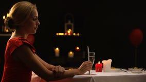 Señora hermosa infeliz que sale del restaurante en ansiedad, novio atrasado para la cena metrajes