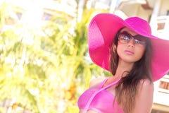 Señora hermosa joven en sombrero del verano que disfruta de sus vacaciones de verano Foto de archivo libre de regalías