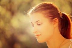Señora hermosa joven que presenta en jardín Imagenes de archivo