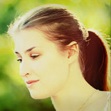 Señora hermosa joven que presenta en jardín Fotografía de archivo libre de regalías