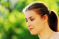 Señora hermosa joven que presenta en jardín Imagen de archivo