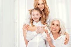 Señora hermosa que abraza su hija y mamá con amor Fotos de archivo libres de regalías
