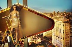 Señora hermosa que hace publicidad de la ciudad imagen de archivo libre de regalías