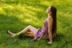 Señora hermosa que se relaja en el prado Fotos de archivo libres de regalías