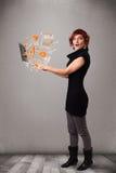 Señora hermosa que sostiene el cuaderno con los gráficos y las estadísticas Fotografía de archivo