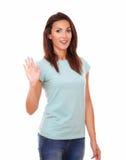 Señora hispánica bonita con la mano del saludo Imagen de archivo