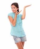 Señora hispánica joven que detiene la palma Imagen de archivo
