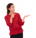 Señora hispánica joven que detiene su mano izquierda Fotos de archivo libres de regalías