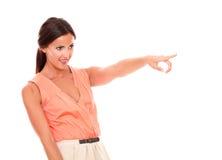 Señora hispánica preciosa que señala a su izquierda Fotos de archivo