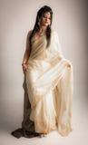 Señora india en el vestido blanco poner crema Fotos de archivo