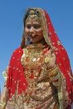 Señora india en sari roja Imagen de archivo libre de regalías