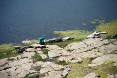 Señora india que hace su lavadero al lado de un río Fotografía de archivo