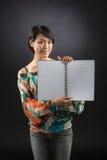 Señora japonesa con el libro en blanco abierto Fotos de archivo libres de regalías
