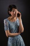 Señora japonesa en el teléfono elegante Imagen de archivo libre de regalías