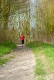 Señora Jogging en un parque imagenes de archivo