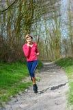 Señora Jogging en un parque imagen de archivo libre de regalías
