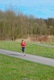 Señora Jogging en un parque fotos de archivo libres de regalías