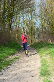 Señora Jogging en un parque foto de archivo
