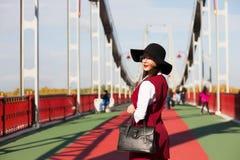 Señora joven asombrosa que lleva la ropa y los accesorios de moda, Imagen de archivo