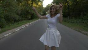 Señora joven atractiva que disfruta de un día de verano en la naturaleza que corre en el bosque - metrajes