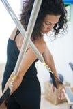Señora joven atractiva que hace pilates Fotografía de archivo libre de regalías