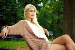 Señora joven atractiva que se relaja en naturaleza Fotografía de archivo