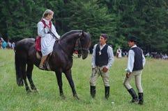 Señora joven a caballo y muchachos jovenes Imagen de archivo libre de regalías