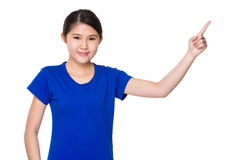 Señora joven con el destacar del finger Foto de archivo