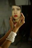 Señora joven con el espejo Imagen de archivo