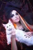 Señora joven con el gato. Imagen de archivo