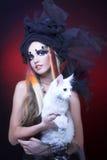 Señora joven con el gato. Imagen de archivo libre de regalías