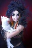 Señora joven con el gato. Fotografía de archivo