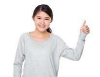 Señora joven con el pulgar para arriba Imagen de archivo libre de regalías