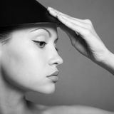 Señora joven con el sombrero Fotografía de archivo libre de regalías