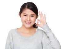 Señora joven con gesto aceptable de la muestra Imagen de archivo