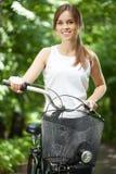Señora joven con la bicicleta imágenes de archivo libres de regalías