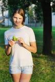 Señora joven con las castañas Imagen de archivo