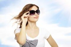 Señora joven con las gafas de sol Fotos de archivo libres de regalías