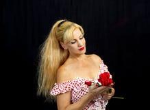 Señora joven con las rosas rojas foto de archivo libre de regalías