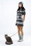 Señora joven con un gato fotos de archivo