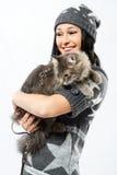 Señora joven con un gato Imagenes de archivo