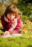 Señora joven con un libro Fotos de archivo