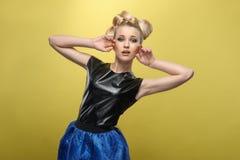 Señora joven con un pelo interesante Foto de archivo libre de regalías