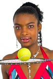 Señora joven con una pelota de tenis amarilla Fotos de archivo