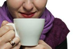 Señora joven con una taza Imagenes de archivo
